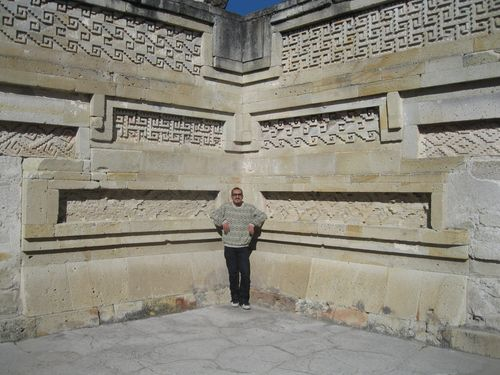 Blogger blending in mitla