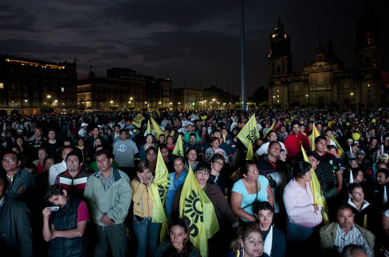 Debate people watch zocalo citizens