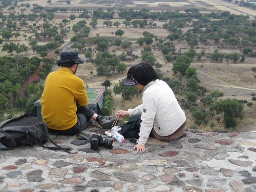 Japanese couple teotihuacan