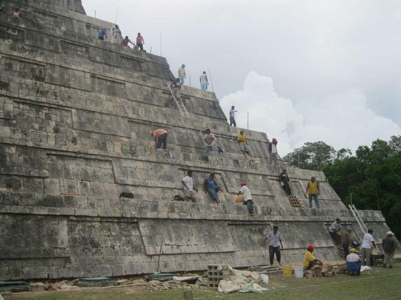 Castillo workers